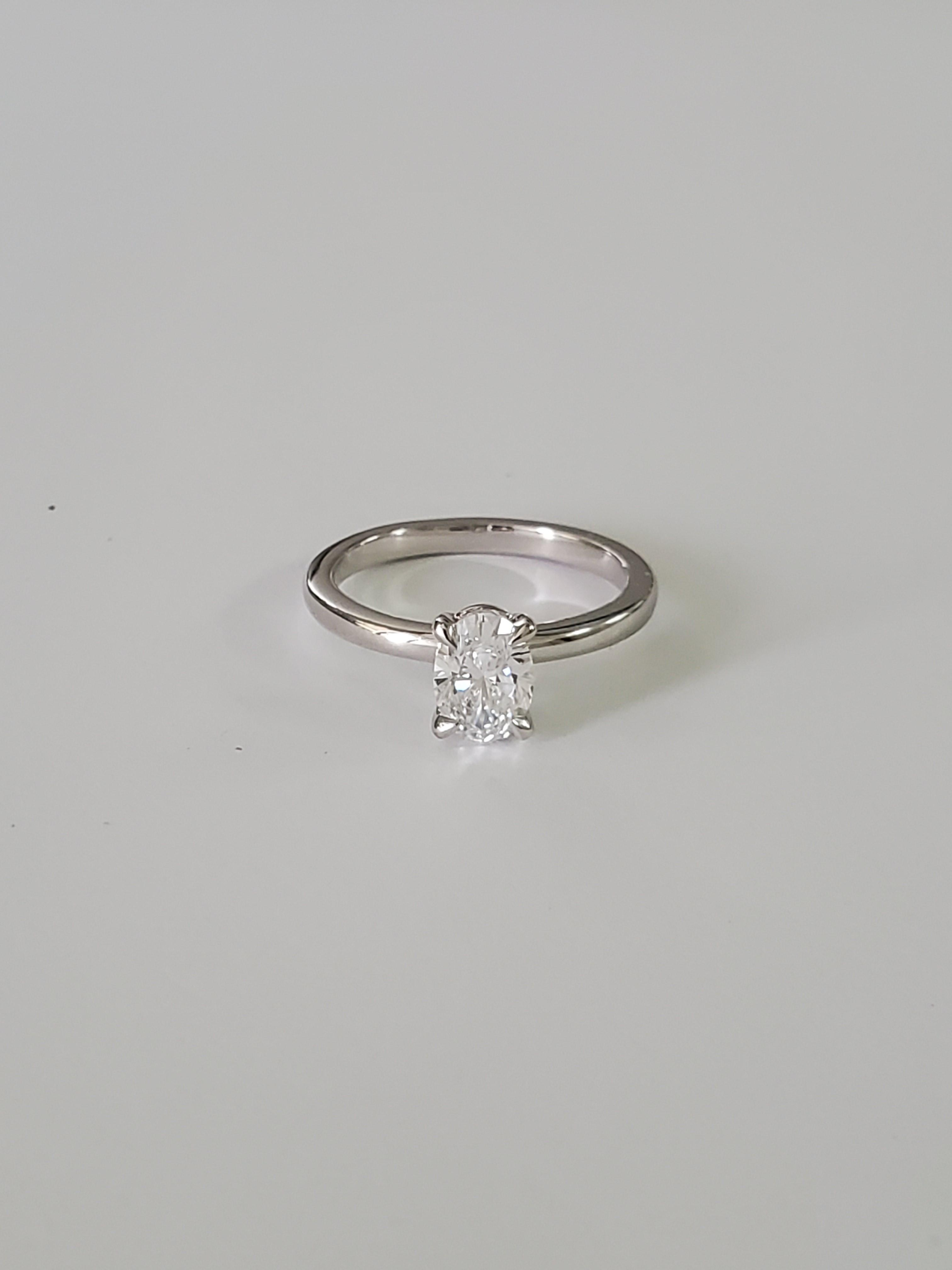 18k White gold Oval solitaire ring